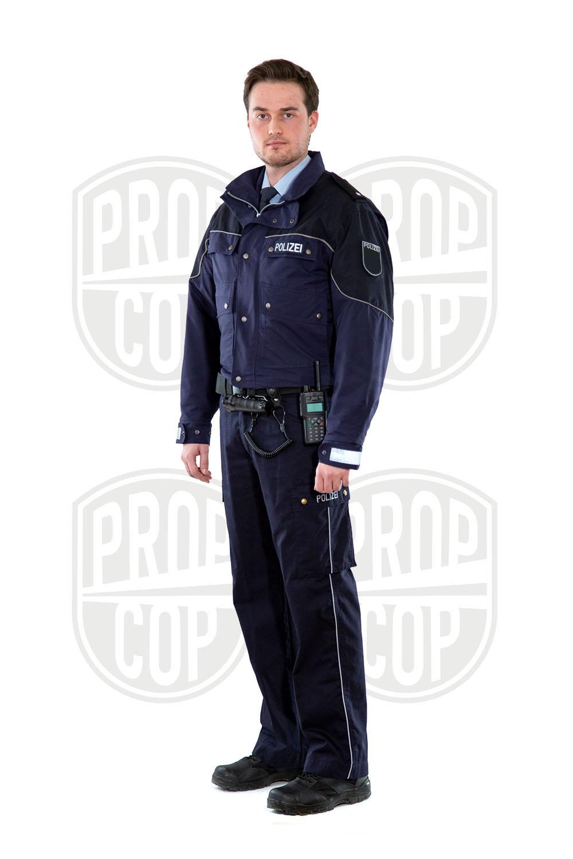 Polizist mit Dienstjacke kurz