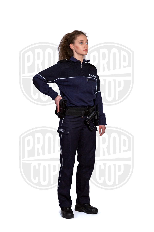 Polizistin NRW mit Strickpulli