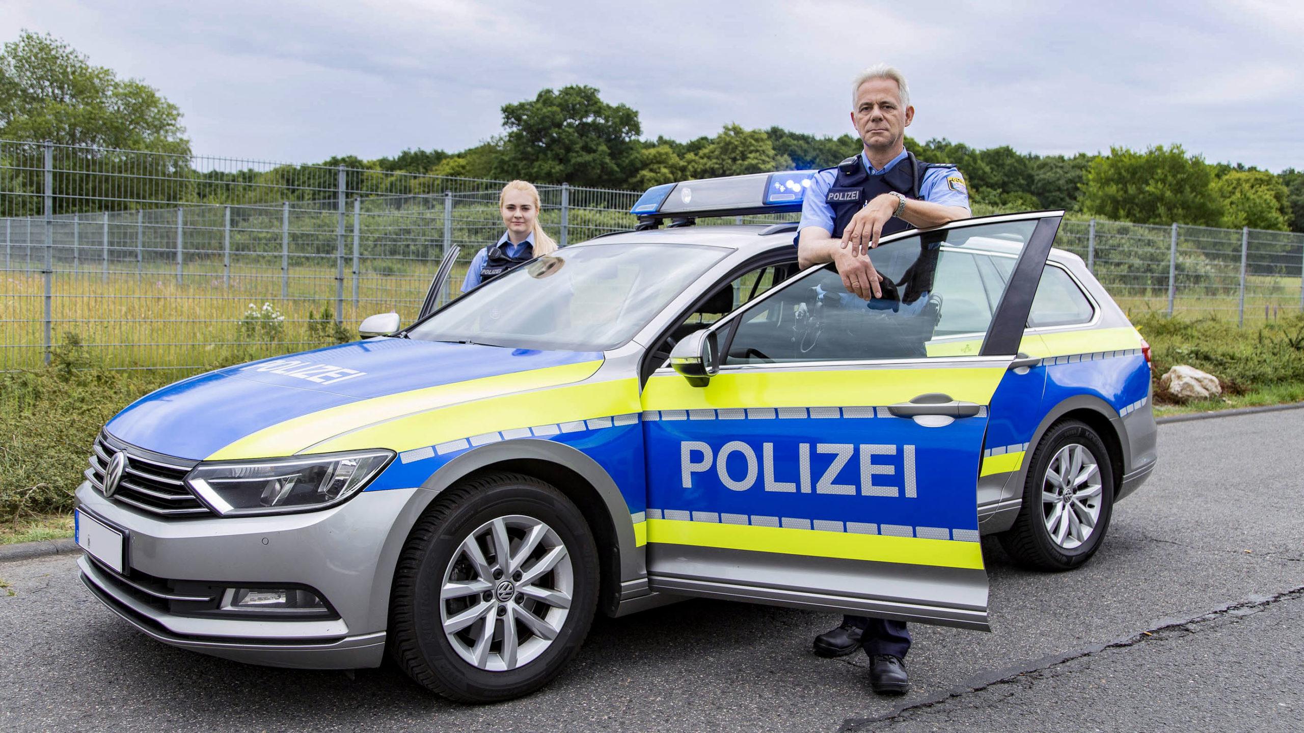 Hessische Polizisten mit Streifenwagen