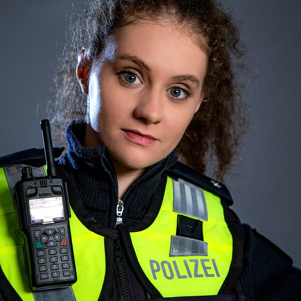 Portrait Polizistin mit NRW Uniform