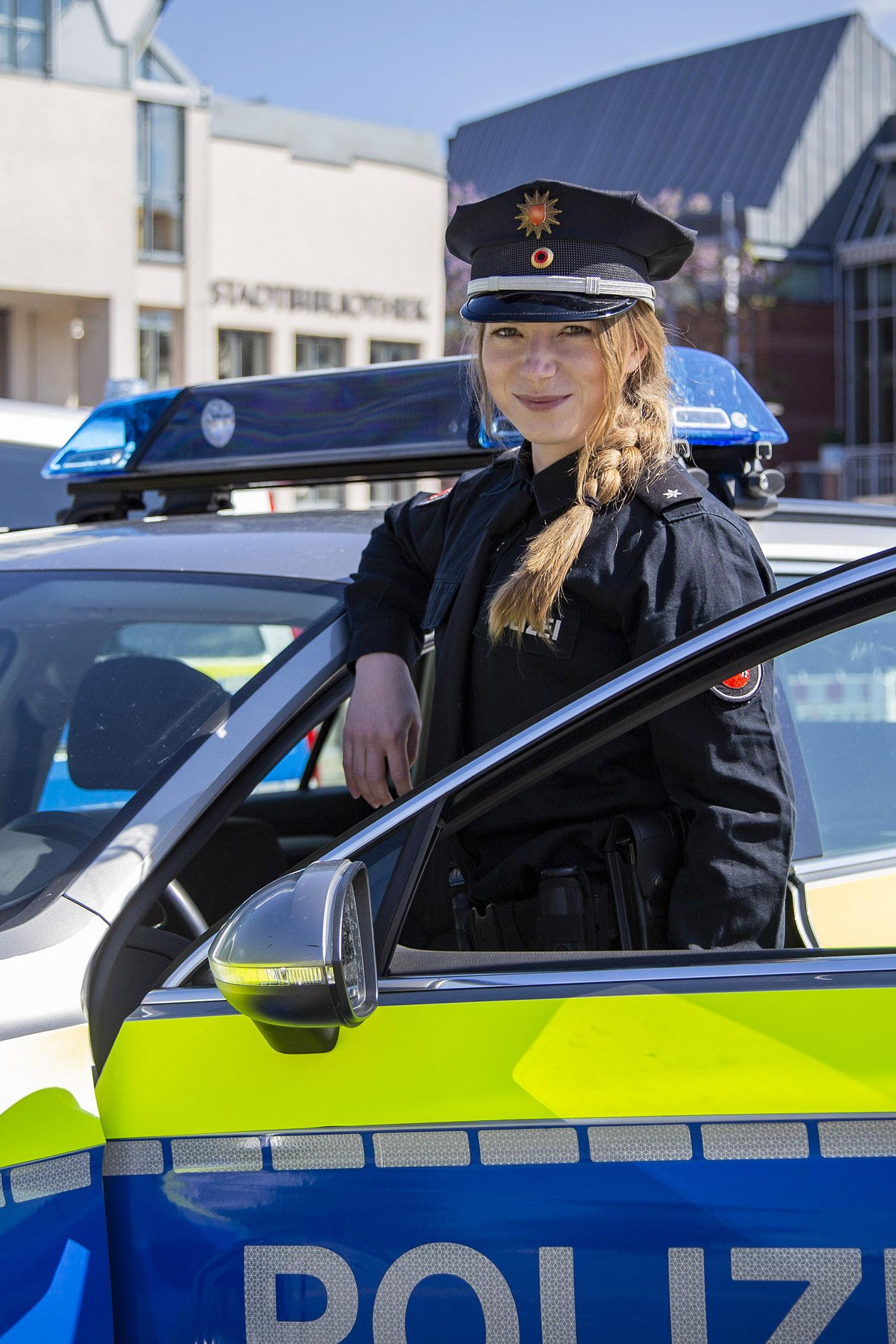 Polizistin Niedersachsen mit Streifenwagen